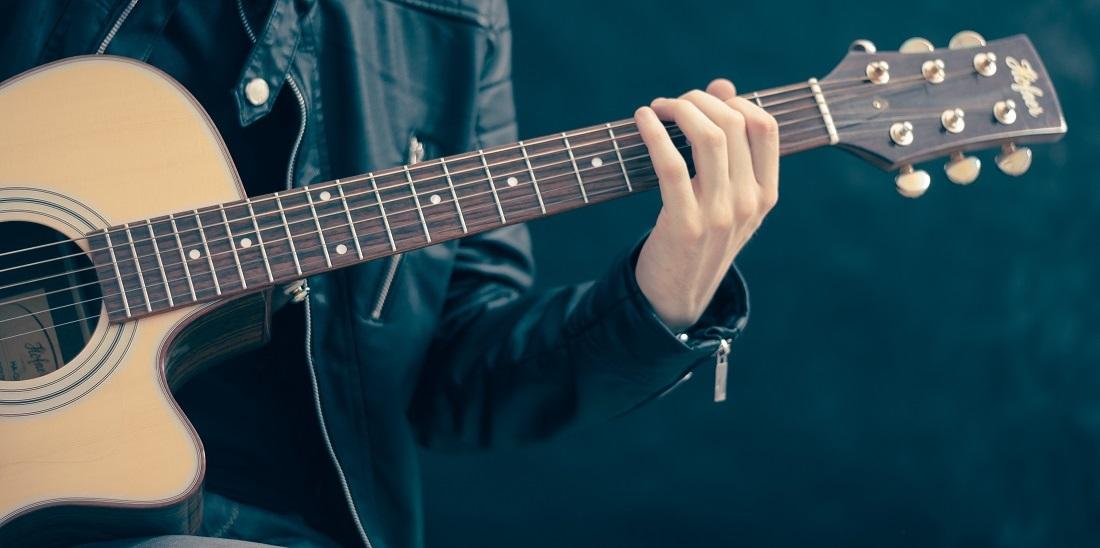 Akustische Gitarre und ein Gitarrist