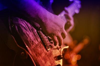 E-Gitarrist auf dem Rockkonzert
