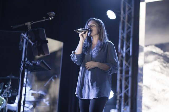 Eine Sängerin